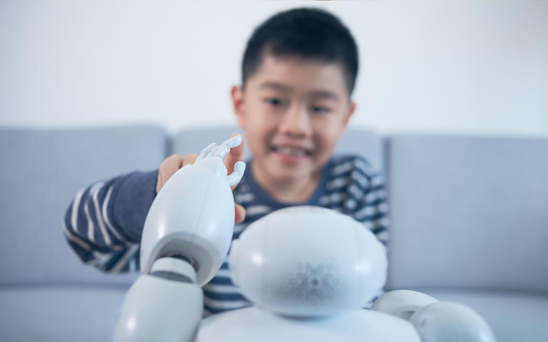 Bambini che giocano con i robot